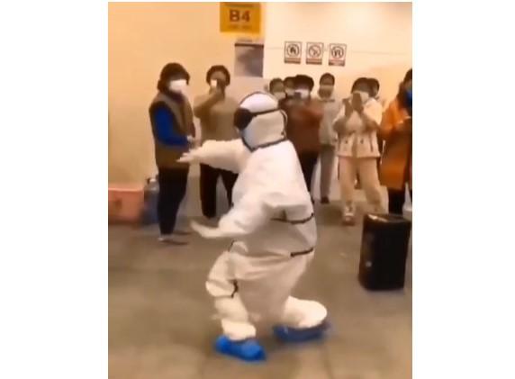 Видео — Уханда кытайлык казак дарыгери бейтаптарга «кара жорго» бийлеп берди