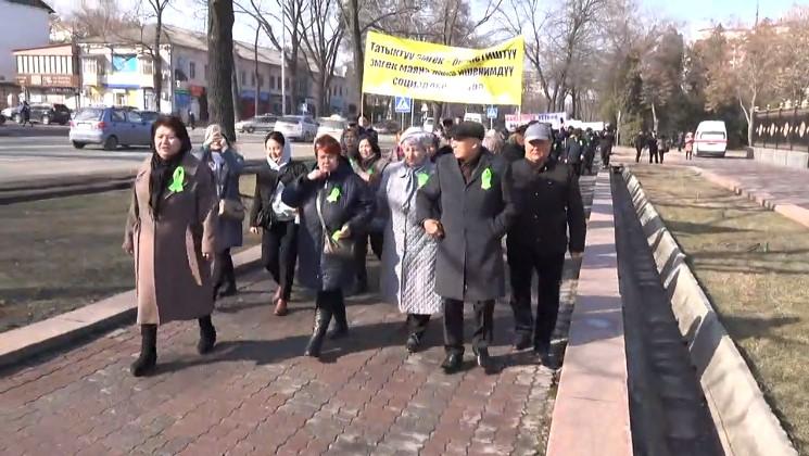 Профсоюздар федерациясынын өкүлдөрү митингге чыкты