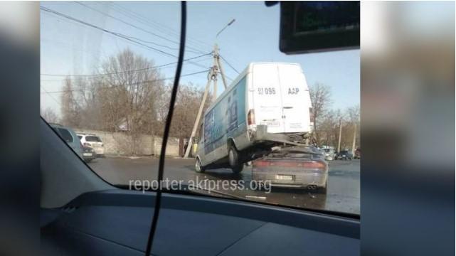 Бишкекте жол кырсыгы болуп, жеңил унаа кичи автобустун алдында калды