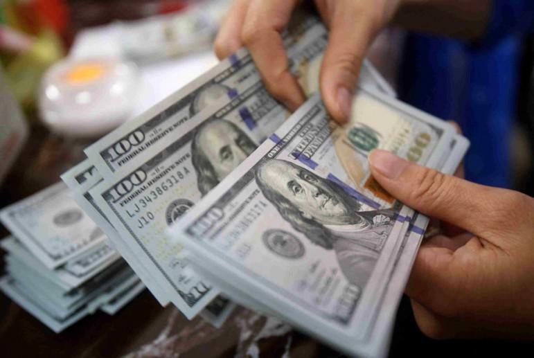 Өзбекстанда жасалма 20 миң доллар сатып жаткан кыргыз жараны кармалды