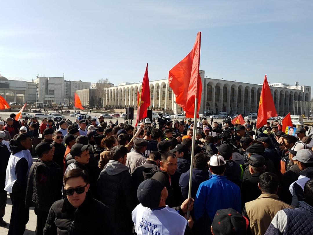 Бишкекте Садыр Жапаровду колдоо митингине 2 миңден ашык киши келди