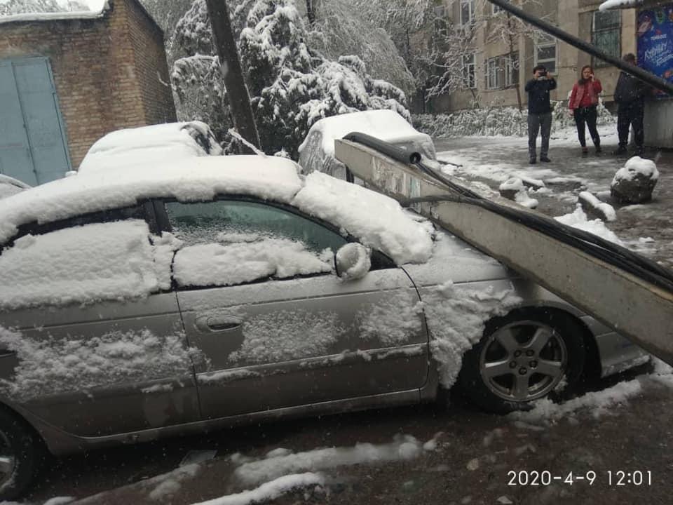 Бишкекте бак жана электр мамысы кулап, бир нече унааны басып калды — сүрөт , видео
