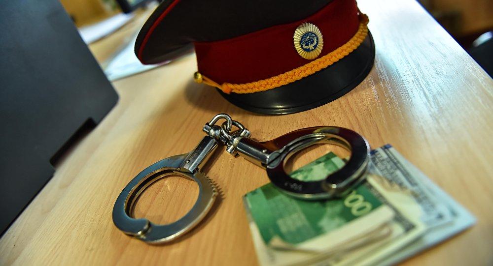 УКМК: Бишкекте милиция кызматкери уруксат кагазды сатуу учурунда кармалды