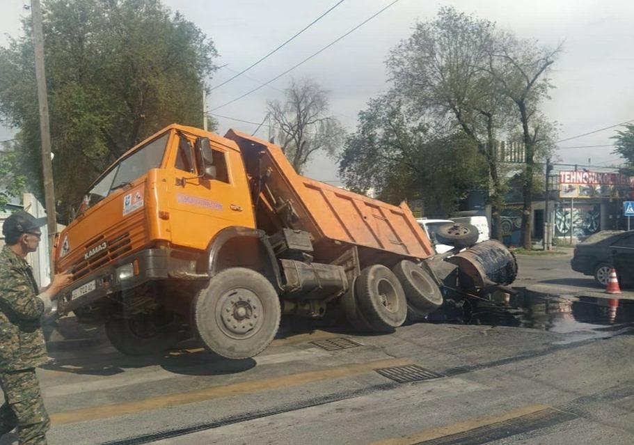 """""""Бишкек асфальт сервистин"""" унаасы асфальттын тешигине түшүп жол кырсыгына учурады – видео"""