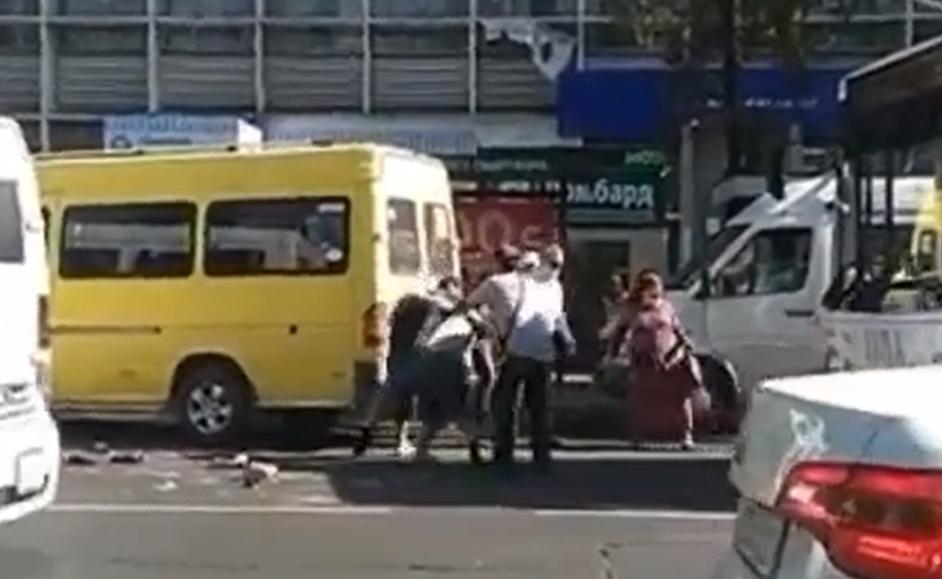 Бишкекте маршрутка айдоочулары мушташты, — видео