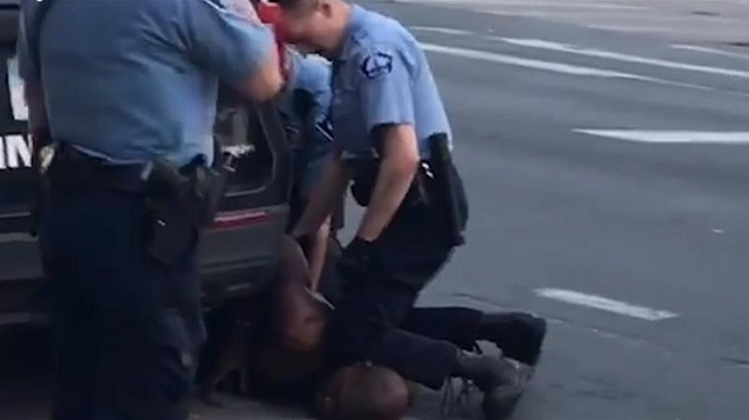 АКШдагы Флойддун өлүмү. Полиция кызматкери 40 жылга эркинен ажыратылышы мүмкүн