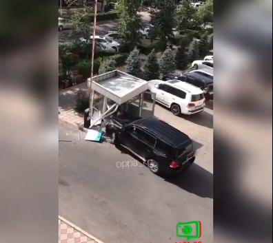 Бишкекте күзөтчүгө кол көтөрүп, будкасын талкалаган айдоочу Кеминден кармалды