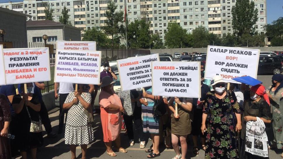 Бишкекте Атамбаевге каршы жана аны колдогондор митингге чыгышты