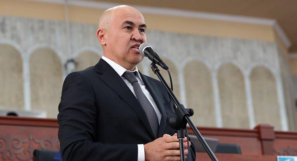Алтынбек Сулайманов Россиядан 36 дарыгердин каражатын төлөп алып келе жатат