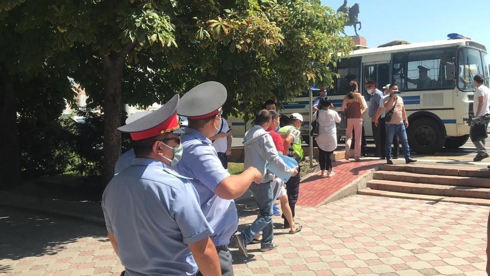 Бишкекте митингге чыкканы үчүн кармалгандар кое берилди