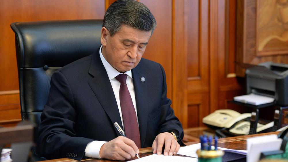 Сооронбай Жээнбеков Дүйнөлүк банктын Кыргызстандагы өкүлүн Ардак грамота менен сыйлады