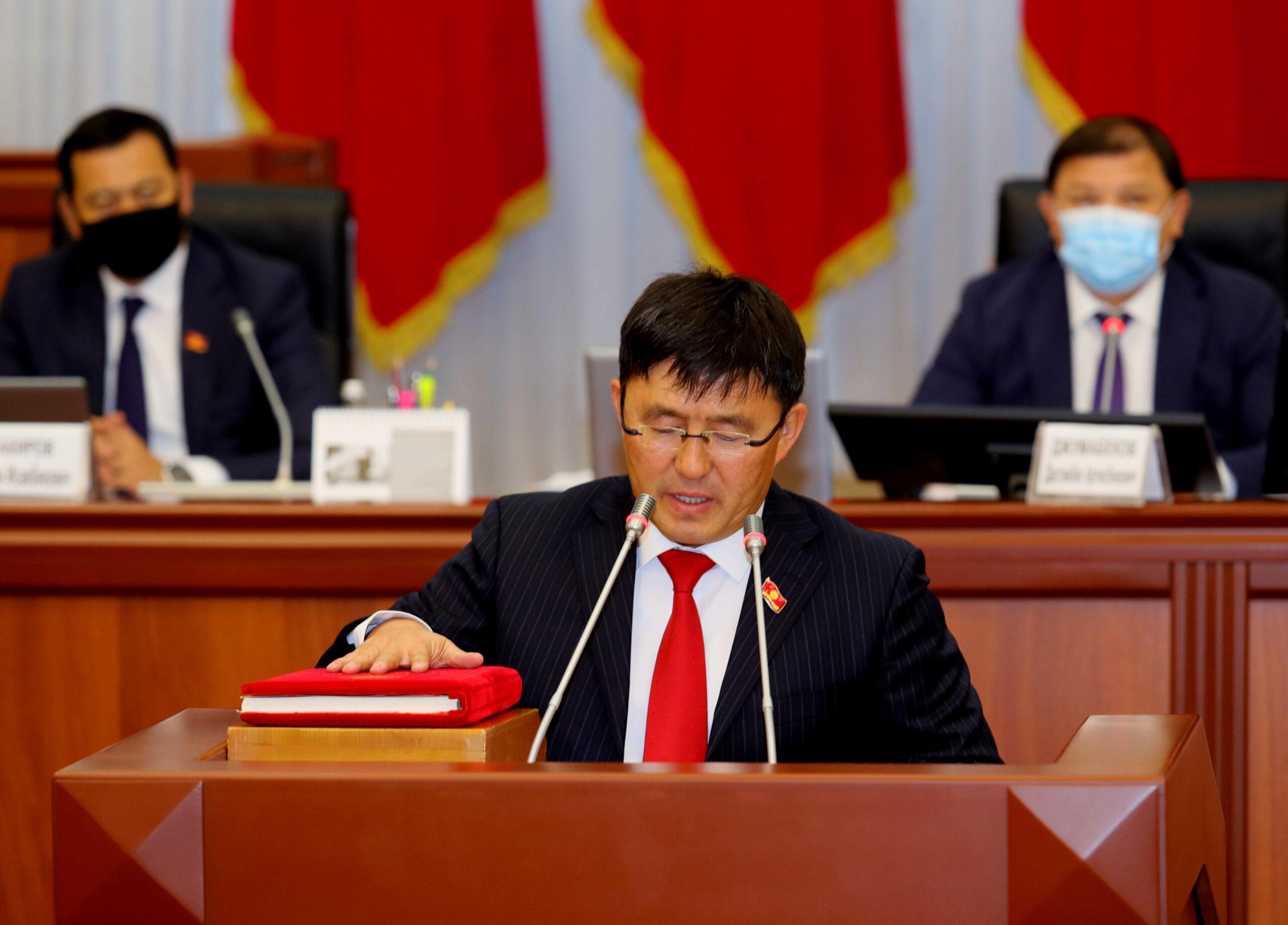 Жогорку Кеңештин 7 жаӊы депутаты парламентте ант берди — сүрөттөр