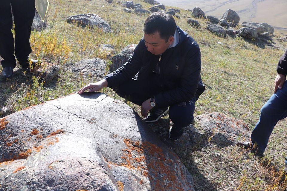 Министр Жаманкулов Таласта таш бетине тартылган сүрөттөр менен таанышты, — сүрөт
