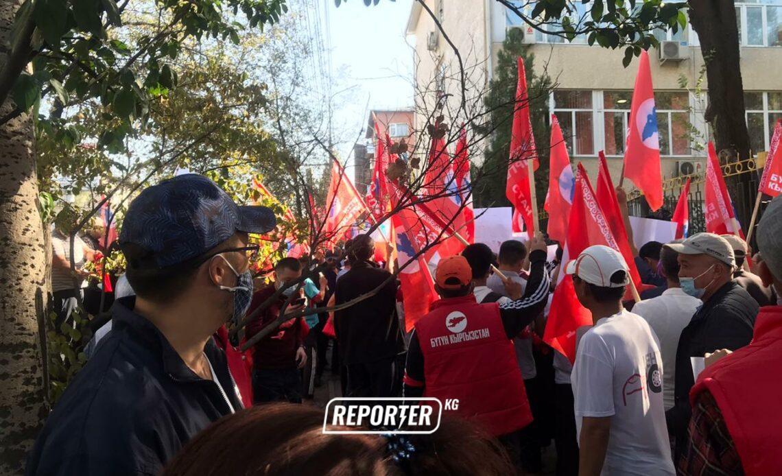 Административдик соттун жанында «Бүтүн Кыргызстан» партиясын колдогон митинг өтүп жатат — сүрөттөр