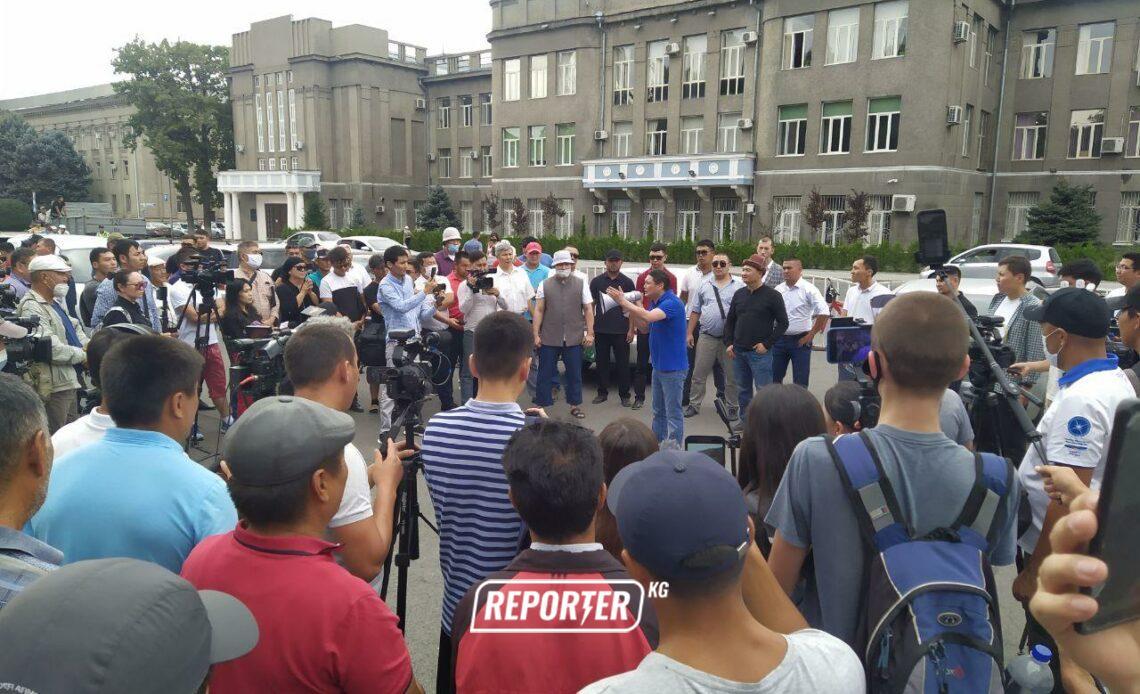 """Жогорку соттун алдында """"Кыргызстандын"""" шайлоого катышуусун колдогон жана каршы чыккан митинг өтүүдө"""