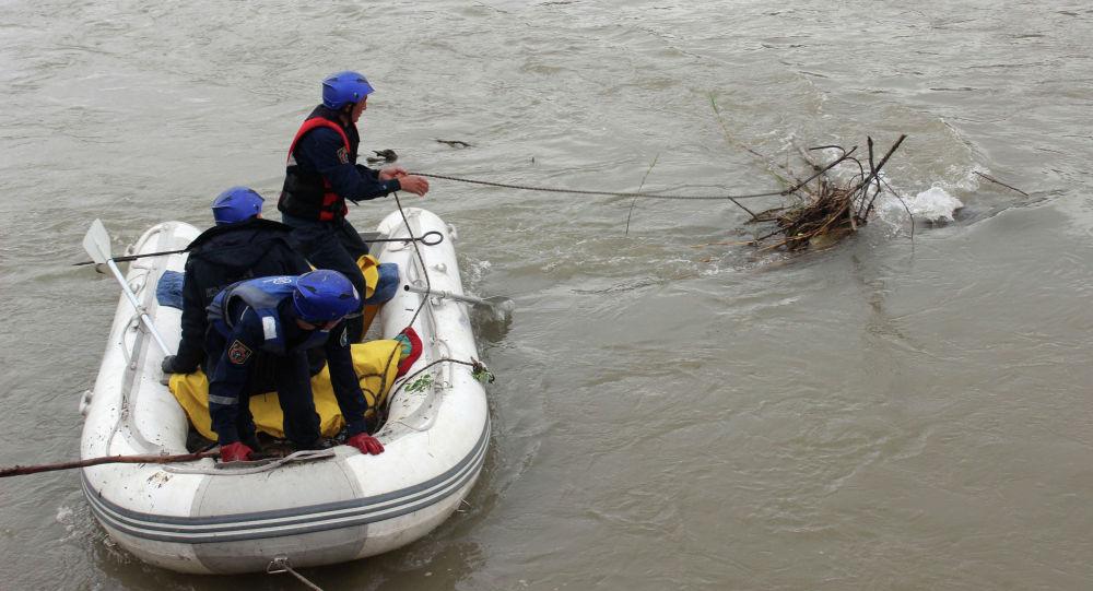 Нарын дарыясына 71 жаштагы карыя агып кетти