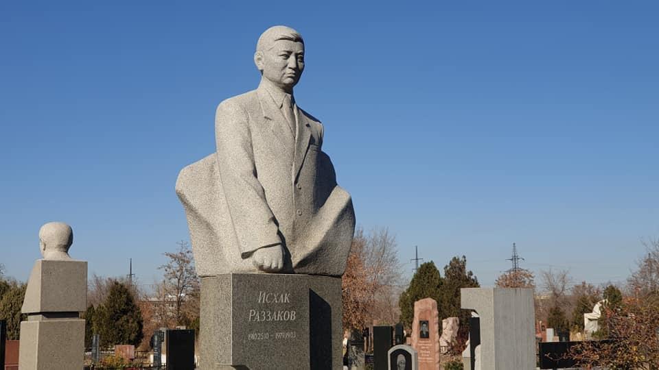 Бишкекте мамлекеттик жана коомдук ишмер Исхак Раззаков эскерилди