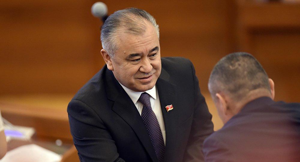 Садык Шер Текебаевге ордун бошотуу үчүн депутаттык мандаттан баш тартты