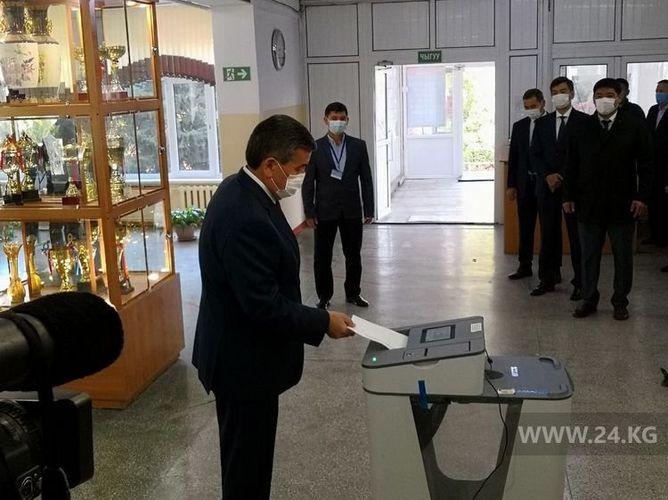 Сооронбай Жээнбеков Жогорку Кеңештин депутаттарын шайлоодо добуш берди
