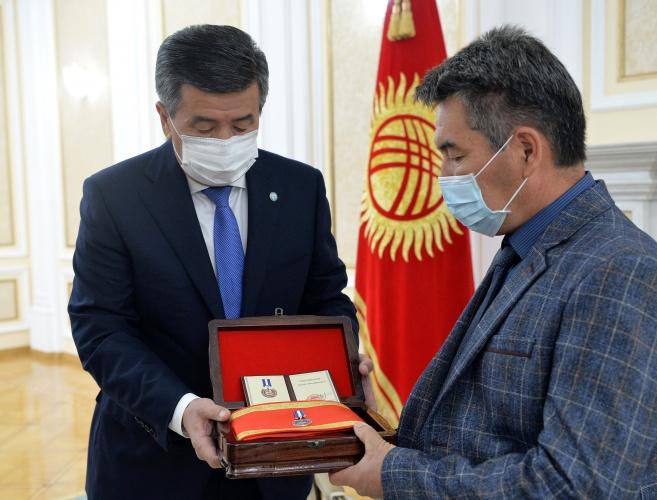 Сооронбай Жээнбеков Адинай Мырзабекованын «Эрдик» медалын анын ата-энесине тапшырды, — сүрөт