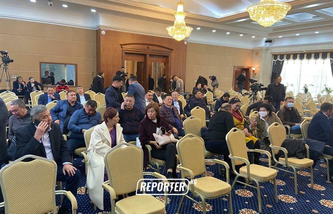 10-октябрда өткөн парламенттин жыйынына катышкан депутаттардын тизмеси
