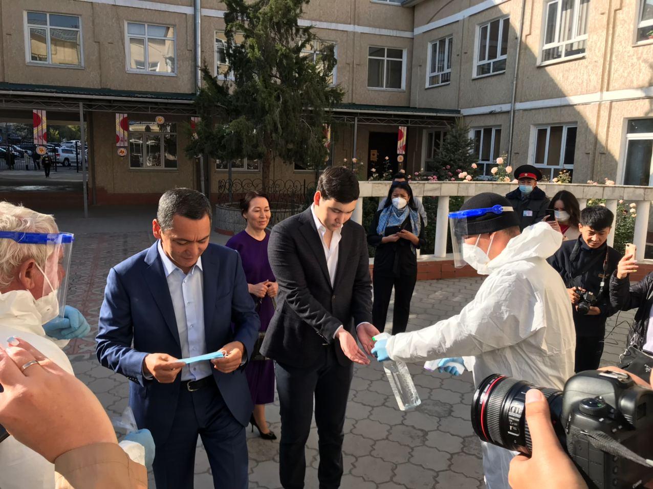 Өмүрбек Бабанов добуш берүүгө жубайы жана уулу менен бирге келди — сүрөттөр