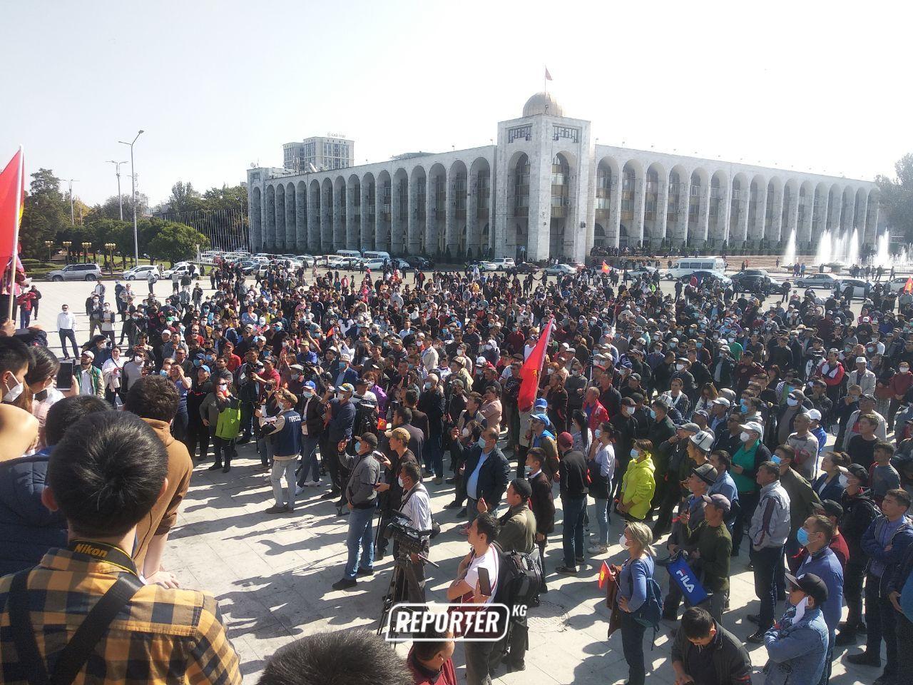 Бишкекте шайлоонун жыйынтыгына нааразы 5 партиянын митинги өтүп жатат — сүрөттөр