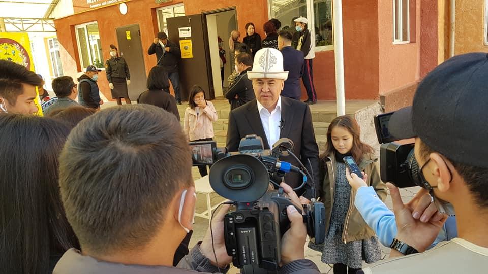 Алтынбек Сулайманов добуш берүүгө кызы менен чогу келди