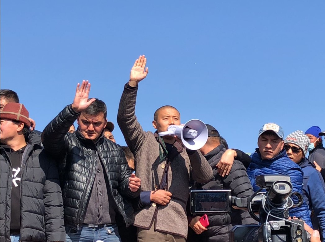 Митингчилер Тилек Токтогазиевди премьер-министр кылуу үчүн Өкмөт үйүнө барышты – видео