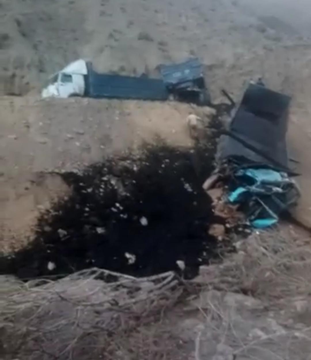 Кара-Кече көмүр кениндеги жолдо жүк ташуучу унаа кулап, бир киши каза болду – видео