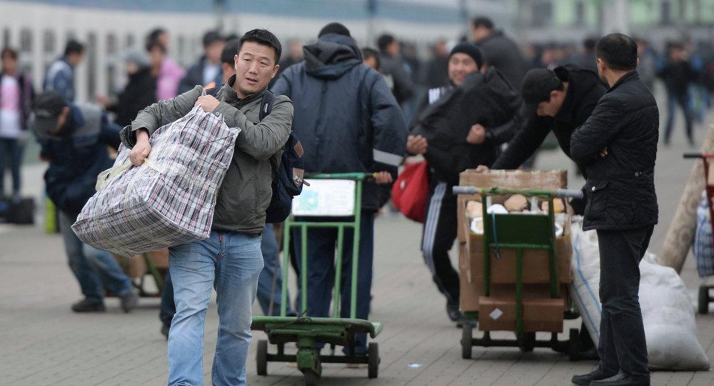 Орусияда мигранттардын саны эки эсеге азайды