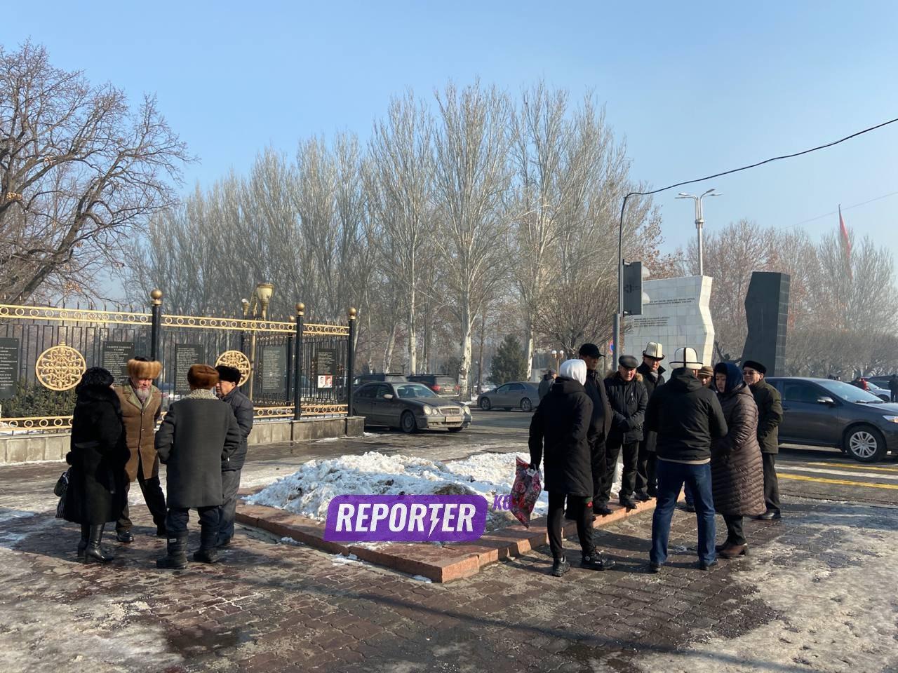 ТҮЗ ЭФИР: Жогорку Кеңештин жанында парламентти таратуу митинги өтүп жатат