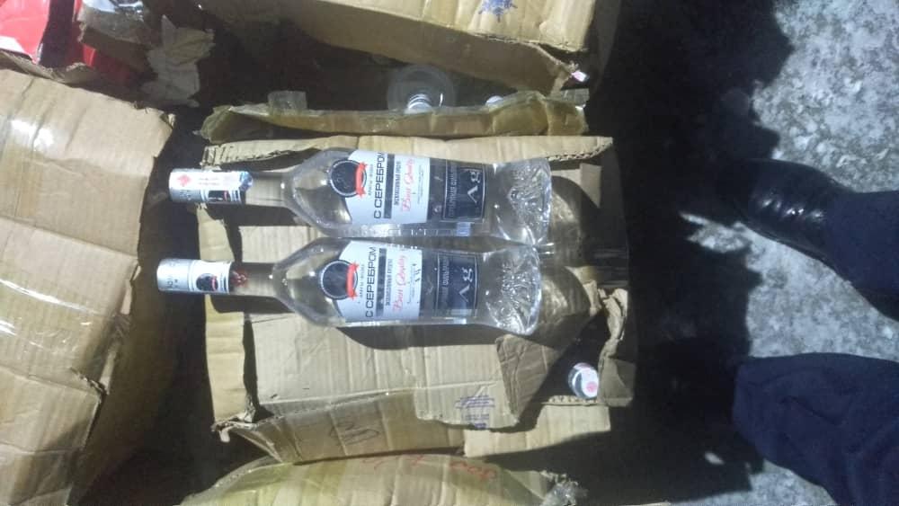 Финпол нашел в Караколе 400 бутылок водки «с Серебром» с подложными акцизными марками — фото