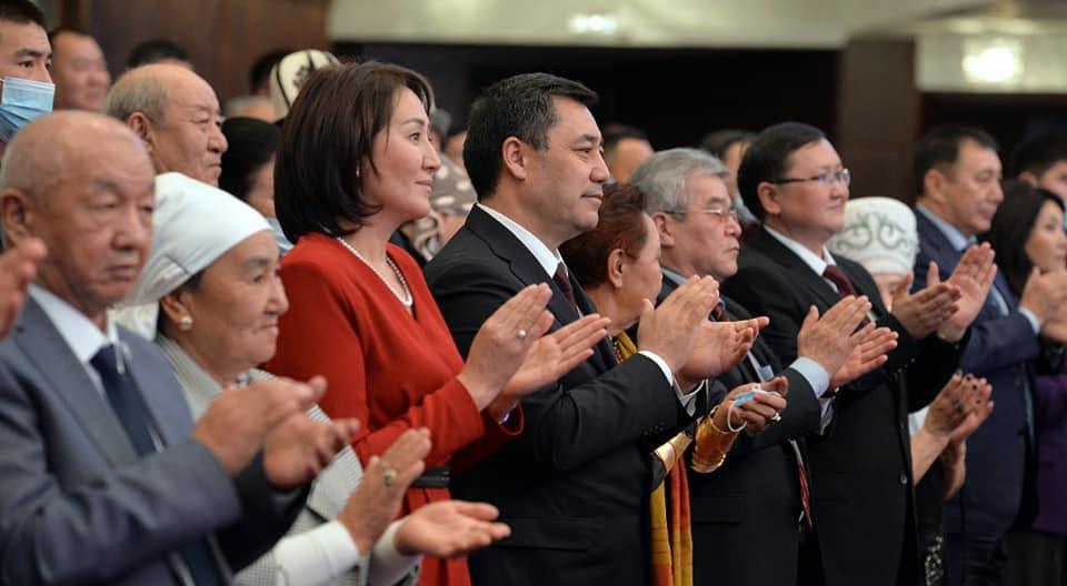 Президент жубайы менен «Эл ырчысы Эстебес» тобунун концертине барды – сүрөт