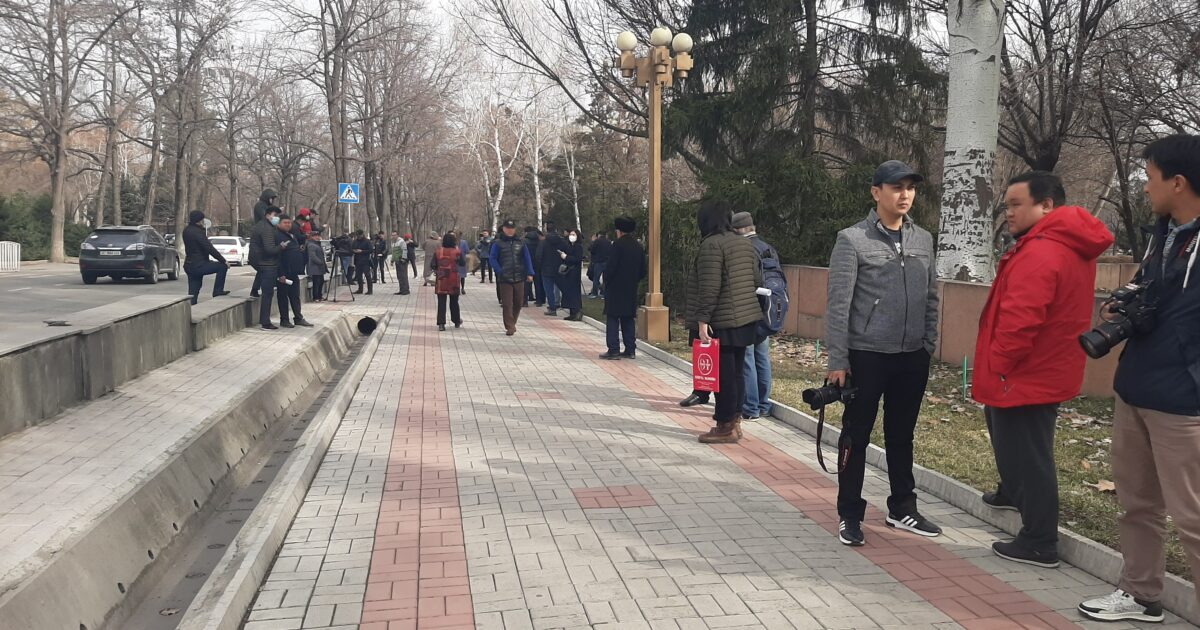 Бишкекте Конституциянын жаңы долбооруна каршы тынчтык митингине элдер чогулууда
