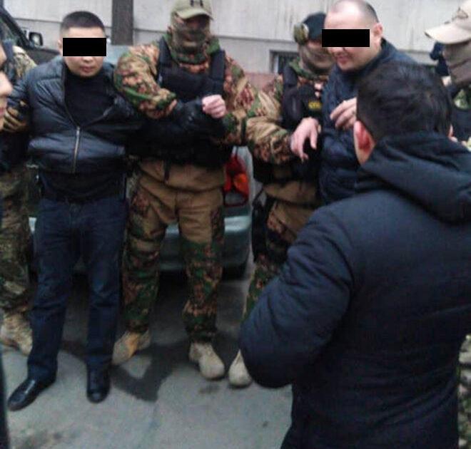 Бишкекте пара алып жаткан милициянын ыкчам кызматкерлерикармалды