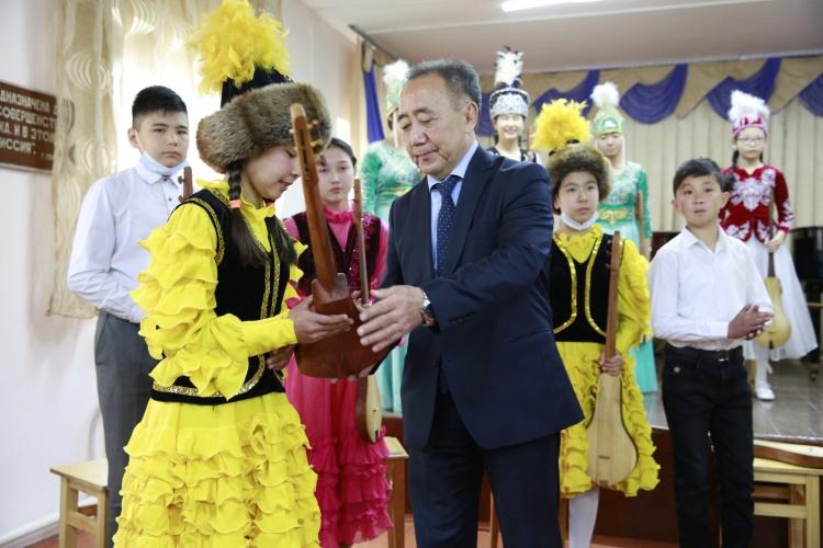 Президенттен Ноорузга карата комуз сураган кыз белегин алды