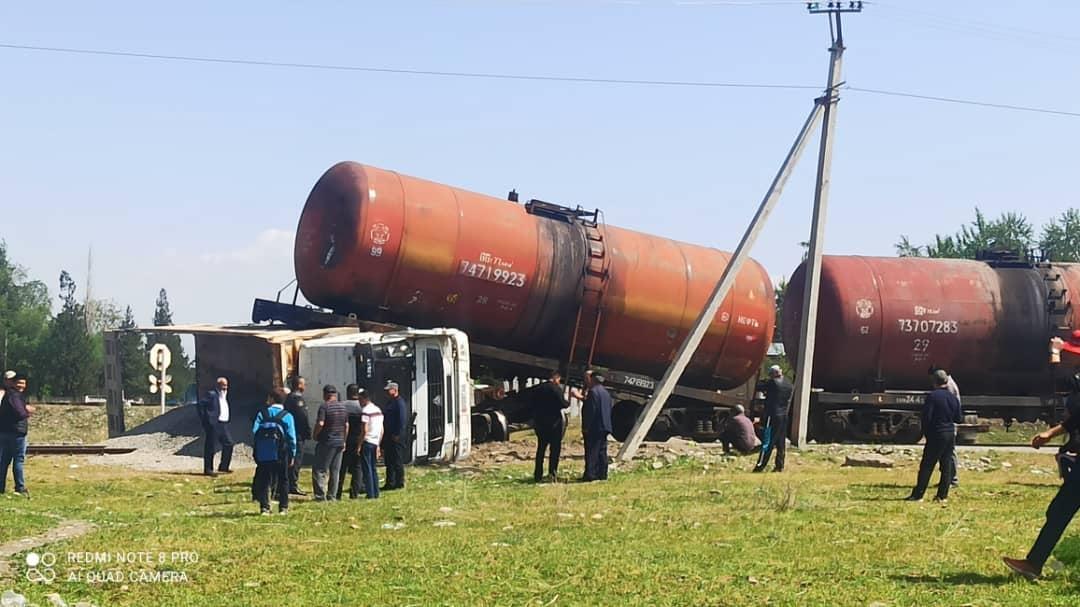 Жалал-Абадда поезд менен жүк ташыган унаа кагышты – сүрөт