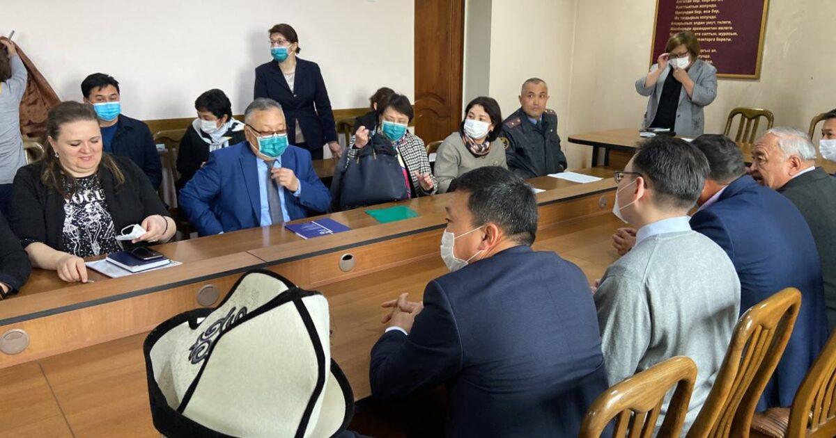 Түз эфир: Бишкекте 5-класстын окуучусунун өлүмү боюнча тараптардын жолугушуусу өтүүдө