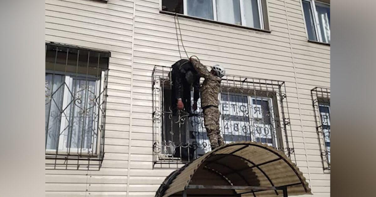 Бишкекте терезенин темир торуна кыпчылып калган адам куткарылды