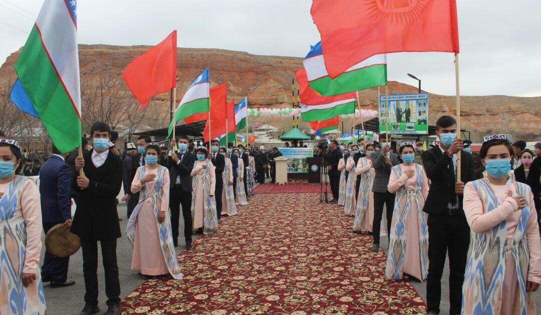 """Өзбекстан менен чектешкен """"Кайтпас"""" жана """"Өтүкчү"""" өткөрүү жайлары ачылды"""