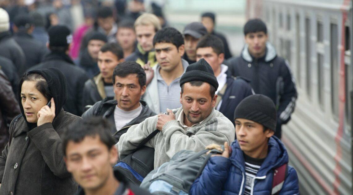 Элчилик Орусиядагы мигранттарды каттоого турууга чакырды
