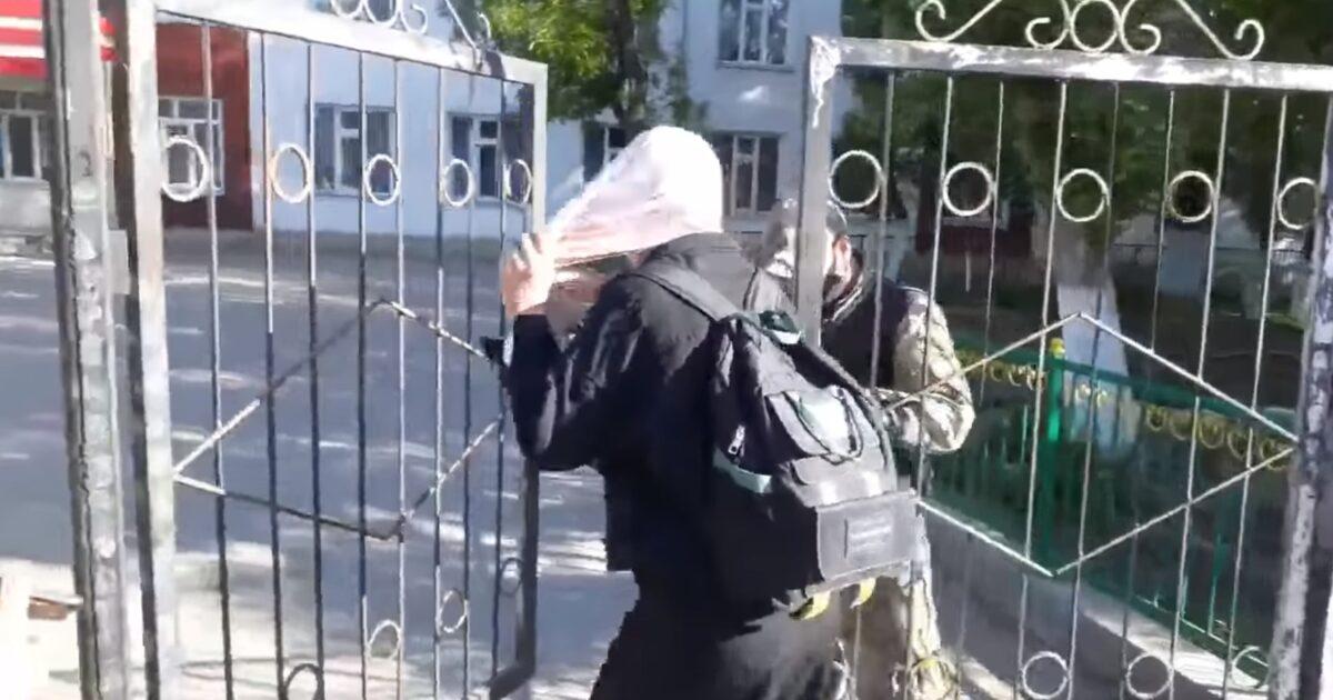 Оронгон окуучулардын жоолуктарын чечтирип анан киргизген мектеп – видео