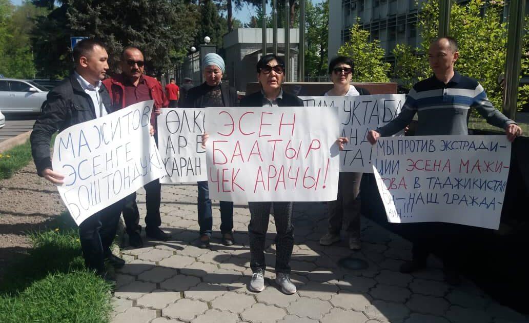 «Экстрадициялоого каршыбыз». Эсен Мажитовду бошотууну талап кылгандар Бишкекте митингге чыкты