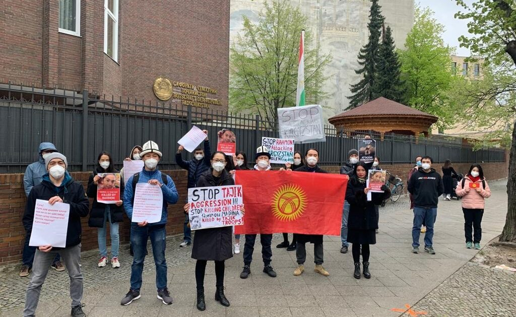 Германиядагы кыргыздар Тажикстандын элчилигинин алдына митингге чыкты