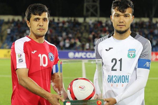 Тажикстандык футболчулар кыргызстандык каршылаштарына белек берди