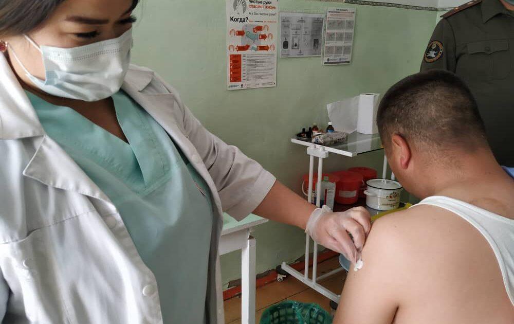 Милиция кызматкерлери коронавируска каршы вакцина алууда — сүрөт