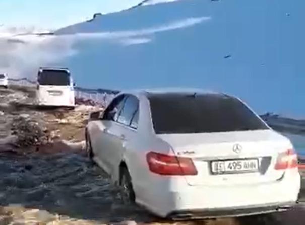 На перевале Отмок сошел сель – видео