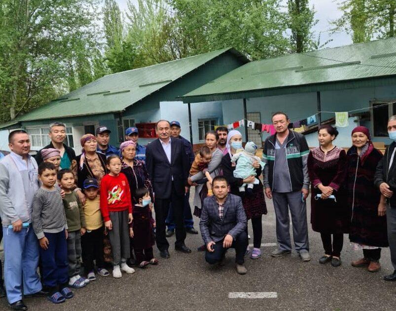 Саламаттык сактоо министри Баткен районундагы эвакуацияланган жарандардын абалын текшерди