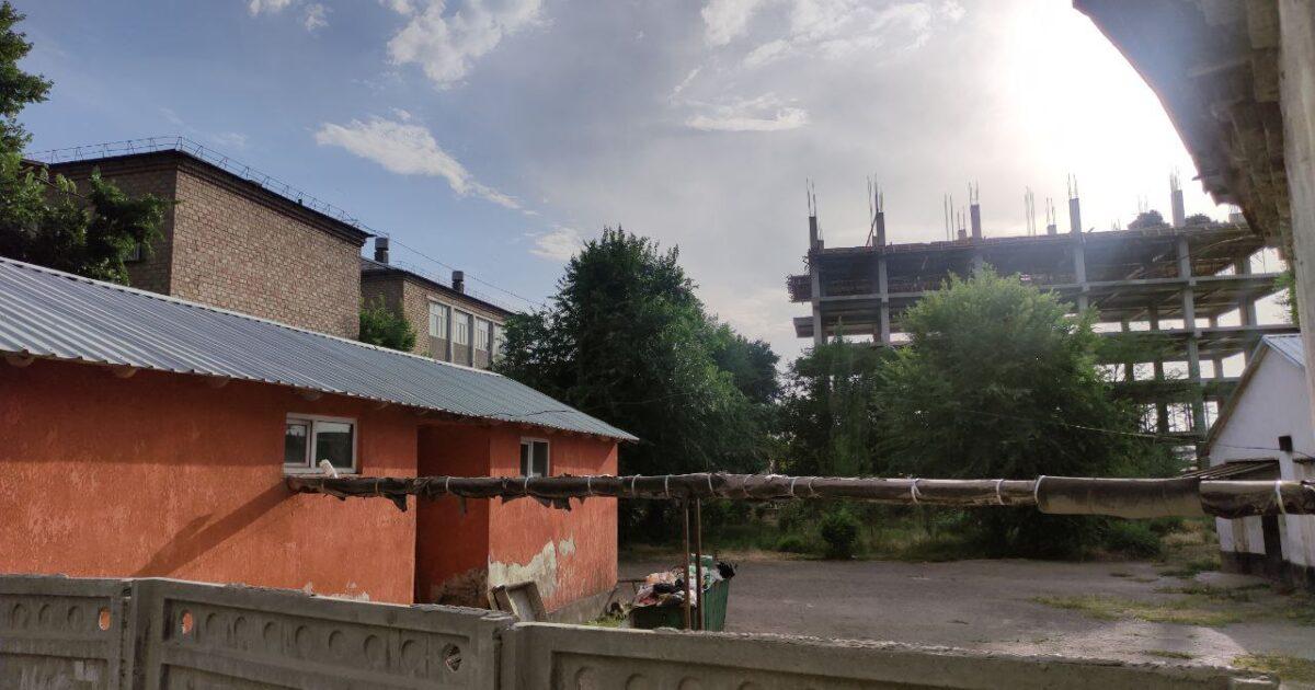 В Бишкеке на территории школы строят многоэтажку